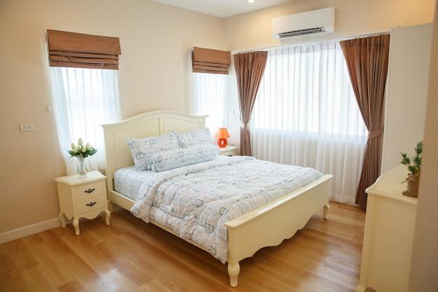 Interno della camera da letto accogliente in design moderno ...