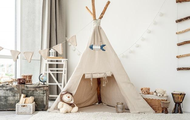 Interno della camera dei bambini con wigwam Foto Premium
