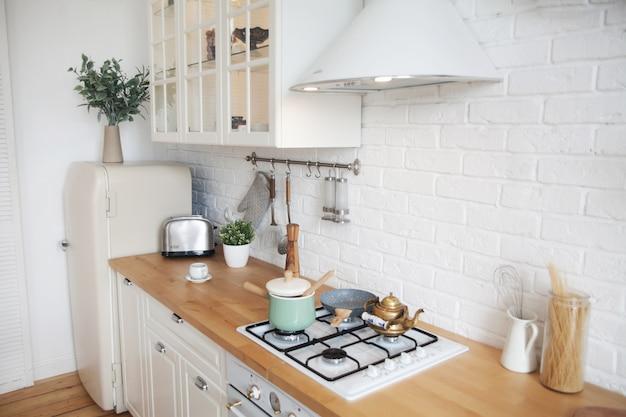 Interno della cucina moderna in un appartamento in stile scandinavo Foto Premium