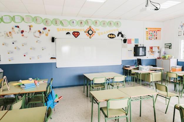 Interno di aula di scuola con lavagna Foto Gratuite