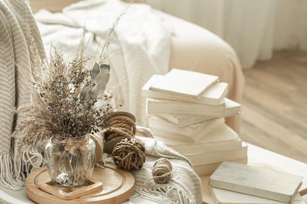 Interno di casa con libri e fiori secchi. Foto Gratuite