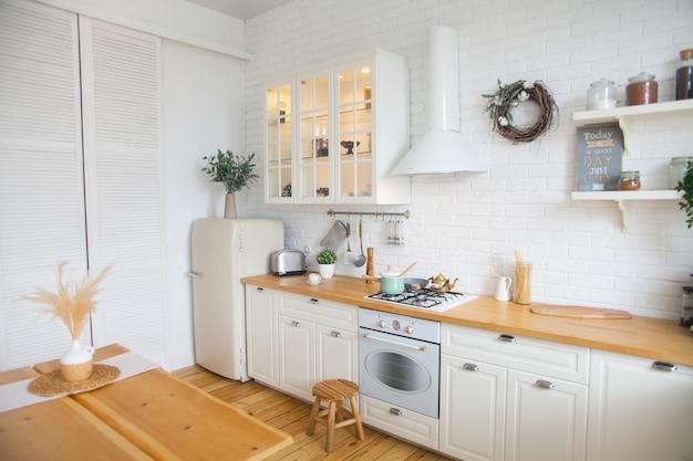 Interno di cucina moderna in stile scandinavo Foto Premium