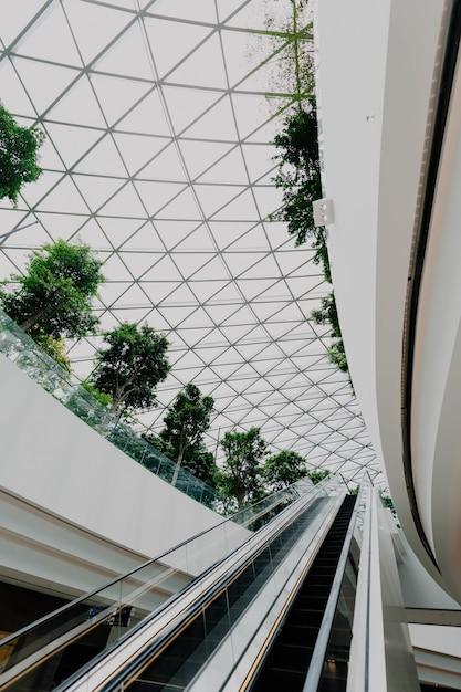 Interno di un aeroporto con le scale Foto Gratuite