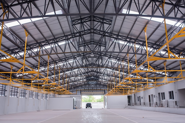 Interno di un grande edificio industriale o fabbrica con costruzioni in acciaio Foto Premium
