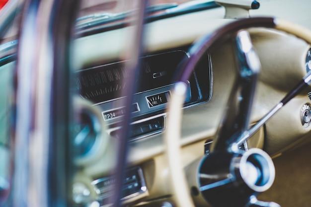 Interno e cruscotto di un'auto d'epoca americana, attualmente in affitto per eventi. Foto Premium