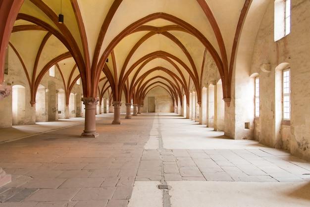 Interno europeo della chiesa vuota con il sole dalle finestre Foto Premium