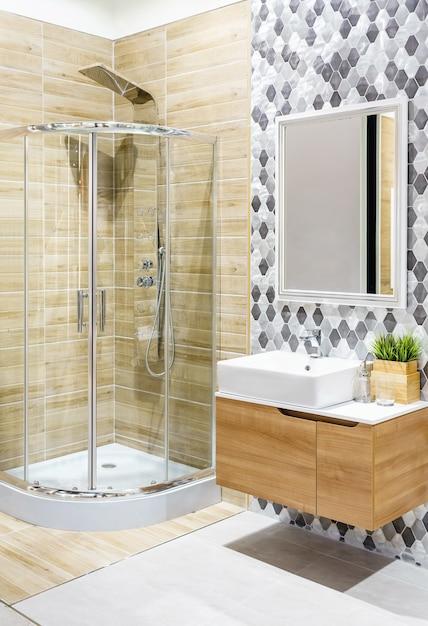Interno spazioso e luminoso bagno moderno con pareti bianche Foto Premium