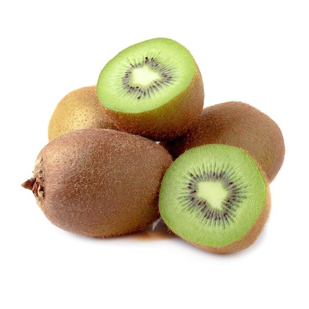 Intero kiwi e mezzo kiwi maturi isolati su fondo bianco. Foto Premium
