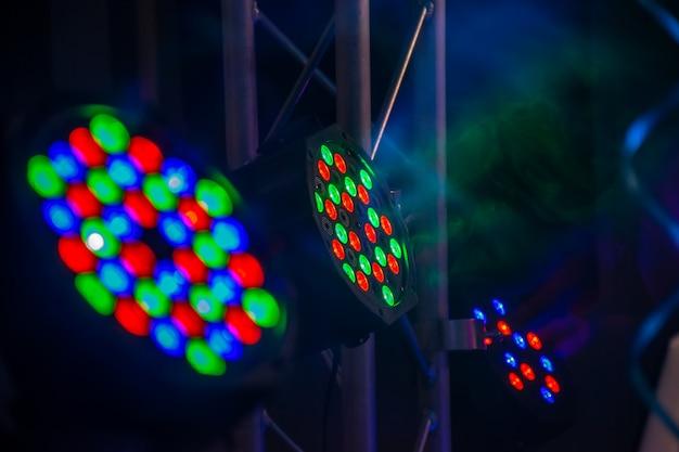 Intradossi multicolori illuminano la festa notturna. Foto Premium
