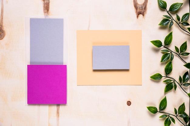 Inviti colorati su fondo di legno Foto Gratuite