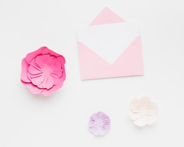 Invito a nozze con elegante ornamento di carta floreale Foto Gratuite