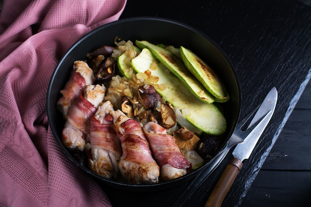 Involtini di carne alla griglia avvolti in strisce di pancetta e fette di midollo Foto Premium