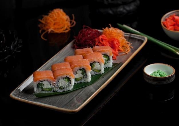 Involtini di sushi caldi con salmone affumicato avvolti dall'esterno Foto Gratuite