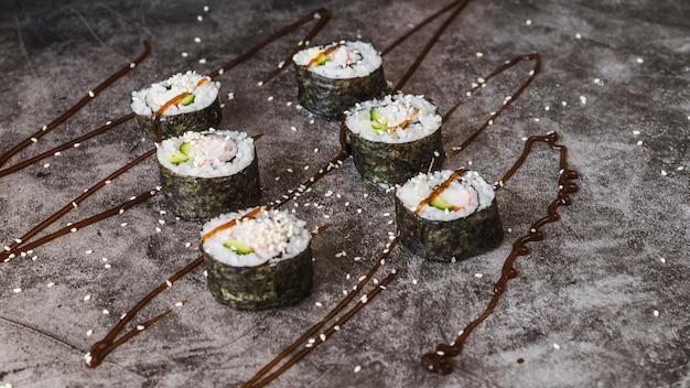 Involtini di sushi con salsa e salsa Foto Gratuite