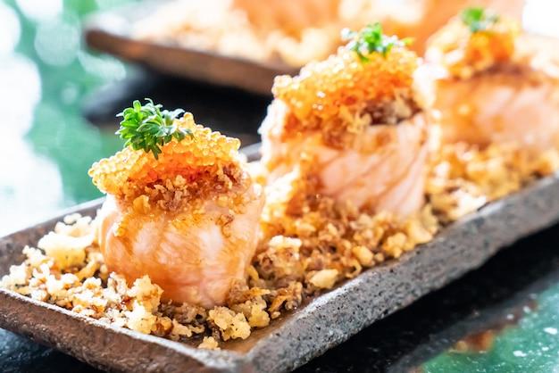 Involtini di sushi di salmone con salsa Foto Premium