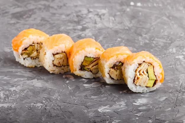 Involtini di sushi giapponesi maki con salmone, avocado e frittata. vista laterale. Foto Premium