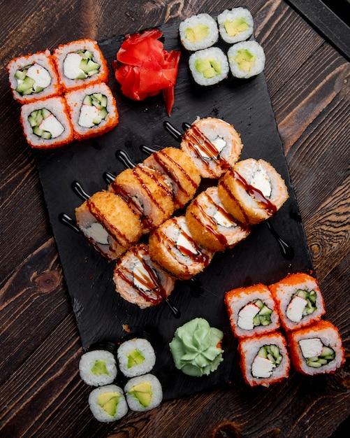Involtini di sushi maki caldi e involtini di california serviti con zenzero e wasabi Foto Gratuite