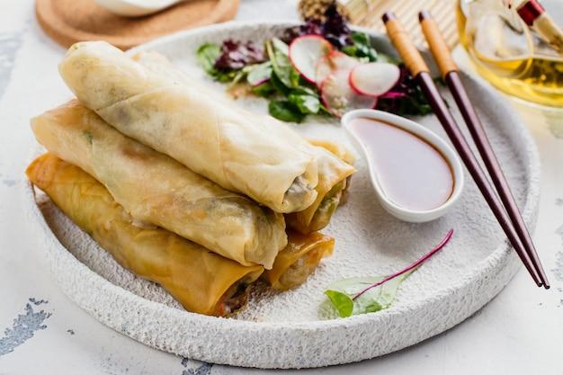 Involtini primavera fritti con verdure, carne di anatra e noodle Foto Premium