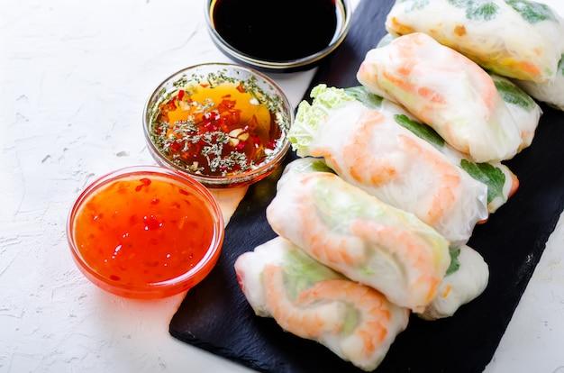 Involtini primavera vietnamiti - carta di riso, lattuga, insalata, vermicelli, tagliatelle, gamberetti, salsa di pesce, peperoncino dolce, soia, limone, Foto Premium