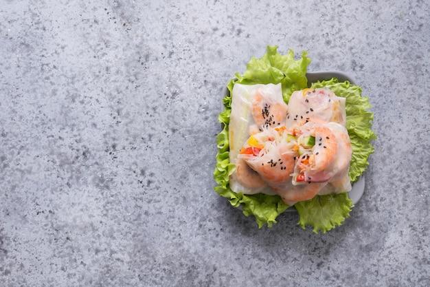 Involtini primavera vietnamiti con verdure, gamberi Foto Premium
