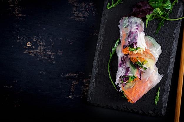Involtini primavera vietnamiti vegetariani con salsa piccante, carote, cetrioli, cavolo rosso e spaghetti di riso. Foto Premium