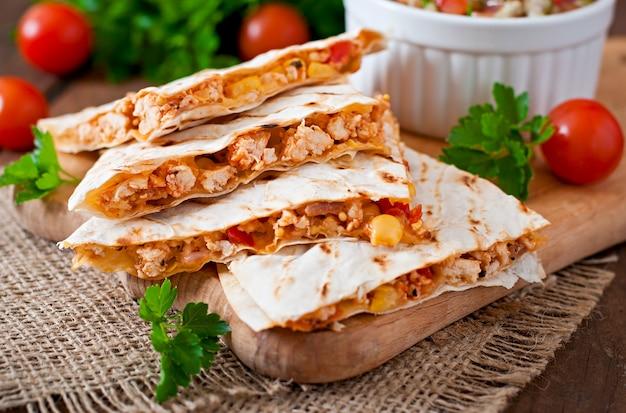 Involucro di quesadilla messicana con pollo, mais, peperoni e salsa Foto Gratuite