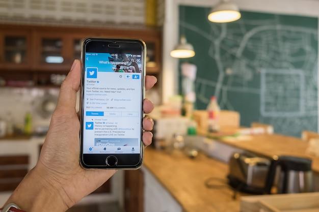 Iphone apre l'applicazione twitter e cerca Foto Premium