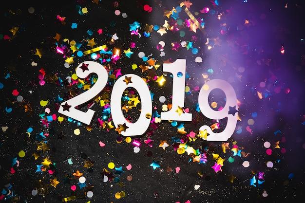 Iscrizione 2019 con brillanti lustrini sul tavolo Foto Gratuite