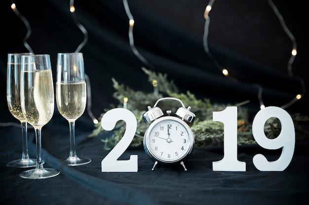 Iscrizione 2019 con gli occhiali sul tavolo Foto Gratuite