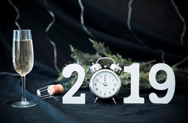 Iscrizione 2019 con orologio sul tavolo Foto Gratuite