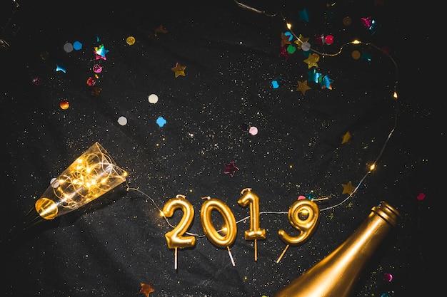 Iscrizione 2019 da candele sul tavolo nero Foto Gratuite