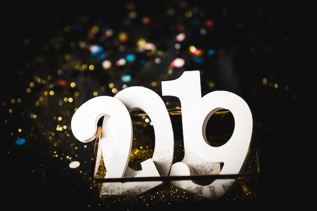 Iscrizione 2019 nella scatola sul tavolo Foto Gratuite