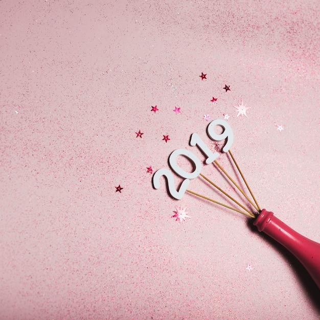 Iscrizione 2019 su bastoncini in bottiglia rosa Foto Gratuite