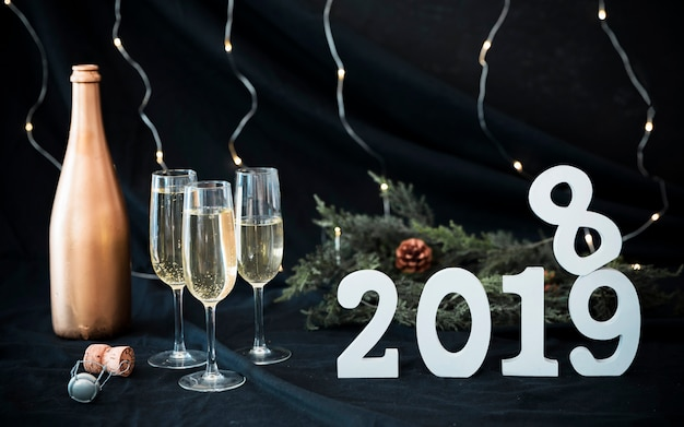 Iscrizione bianca 2019 con gli occhiali sul tavolo Foto Gratuite