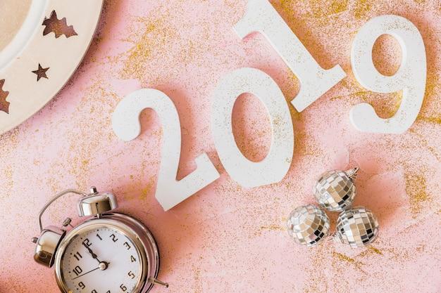 Iscrizione bianca 2019 con orologio e gingilli Foto Gratuite