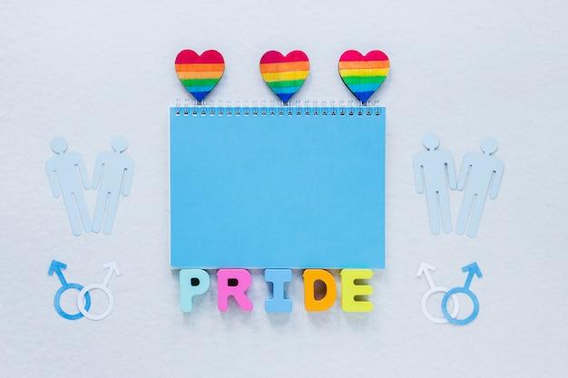 Iscrizione dell'orgoglio con cuori arcobaleno e icone di coppie gay Foto Gratuite