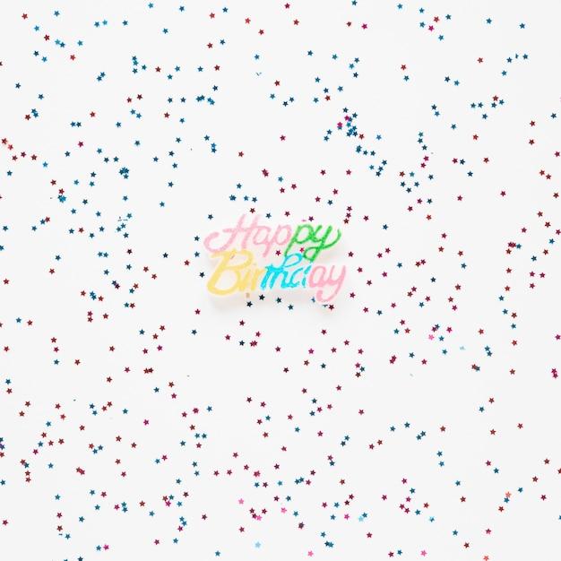 Iscrizione di buon compleanno con coriandoli colorati Foto Gratuite