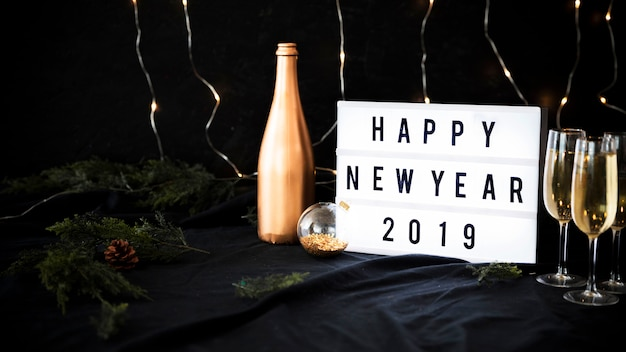 Iscrizione di felice anno nuovo 2019 a bordo con gli occhiali Foto Gratuite