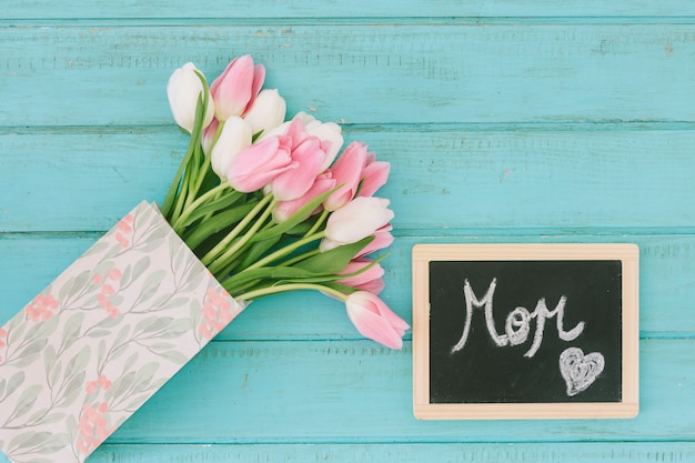 Iscrizione di mamma sulla lavagna con bouquet di tulipani Foto Gratuite