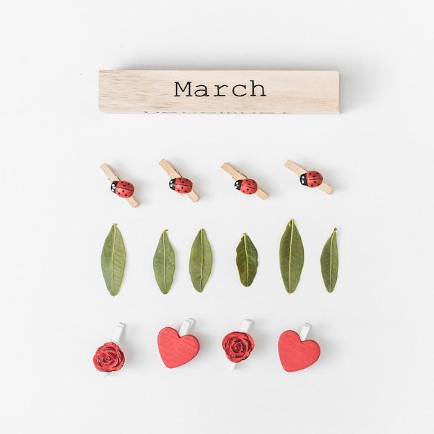 Iscrizione di marzo con foglie verdi e fiori Foto Gratuite