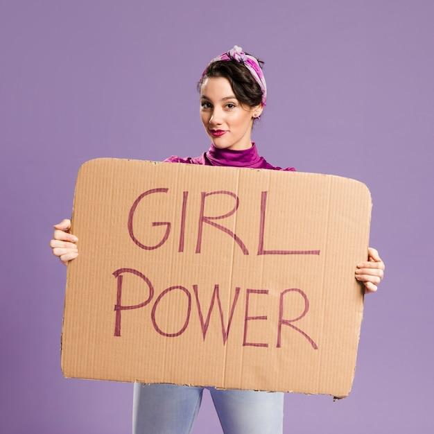 Iscrizione di potere della ragazza sul colpo medio della donna e del cartone Foto Gratuite