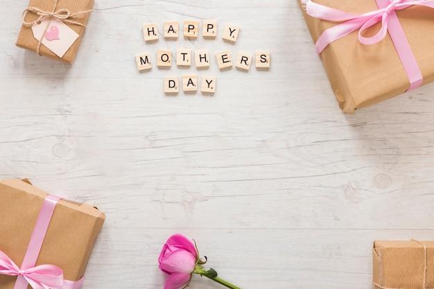 Iscrizione happy mothers day con scatola regalo e rosa Foto Gratuite