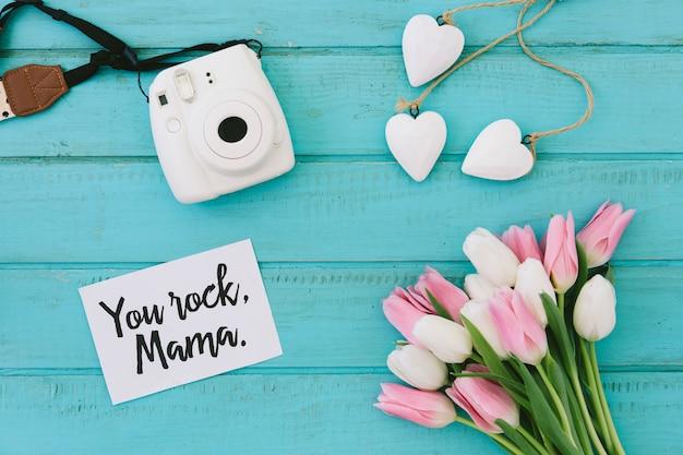 Iscrizione rock mamma con tulipani e macchina fotografica Foto Gratuite
