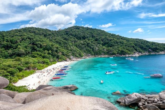 Isola della roccia di navigazione della baia di similan in mare andaman Foto Premium