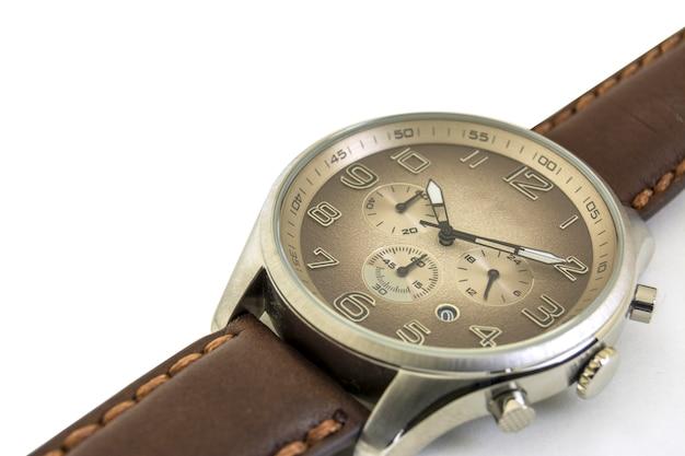 Isolato. avvicinamento. gli orologi da uomo sono su uno sfondo bianco. senso orario Foto Premium