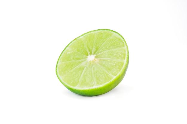 Isolato della frutta verde fresca della limetta o del limone Foto Premium