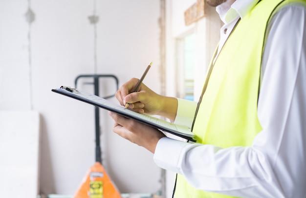 Ispettori o ingegneri stanno verificando il lavoro dell'appaltatore in cantiere Foto Premium