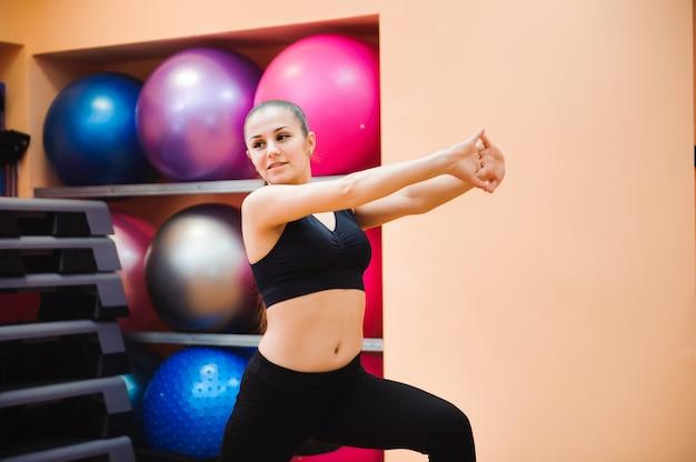 Istruttore atletico della donna che fa classe aerobica con gli stepper. concetto di sport e salute Foto Premium