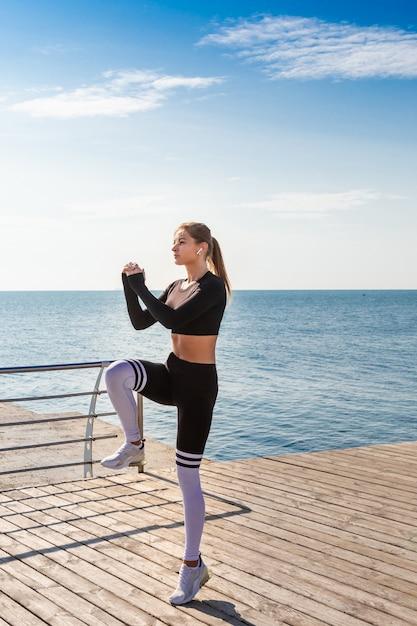 Istruttore di fitness femminile corridore saltando Foto Premium