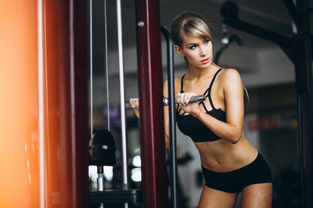 Istruttore di fitness femminile in palestra Foto Gratuite
